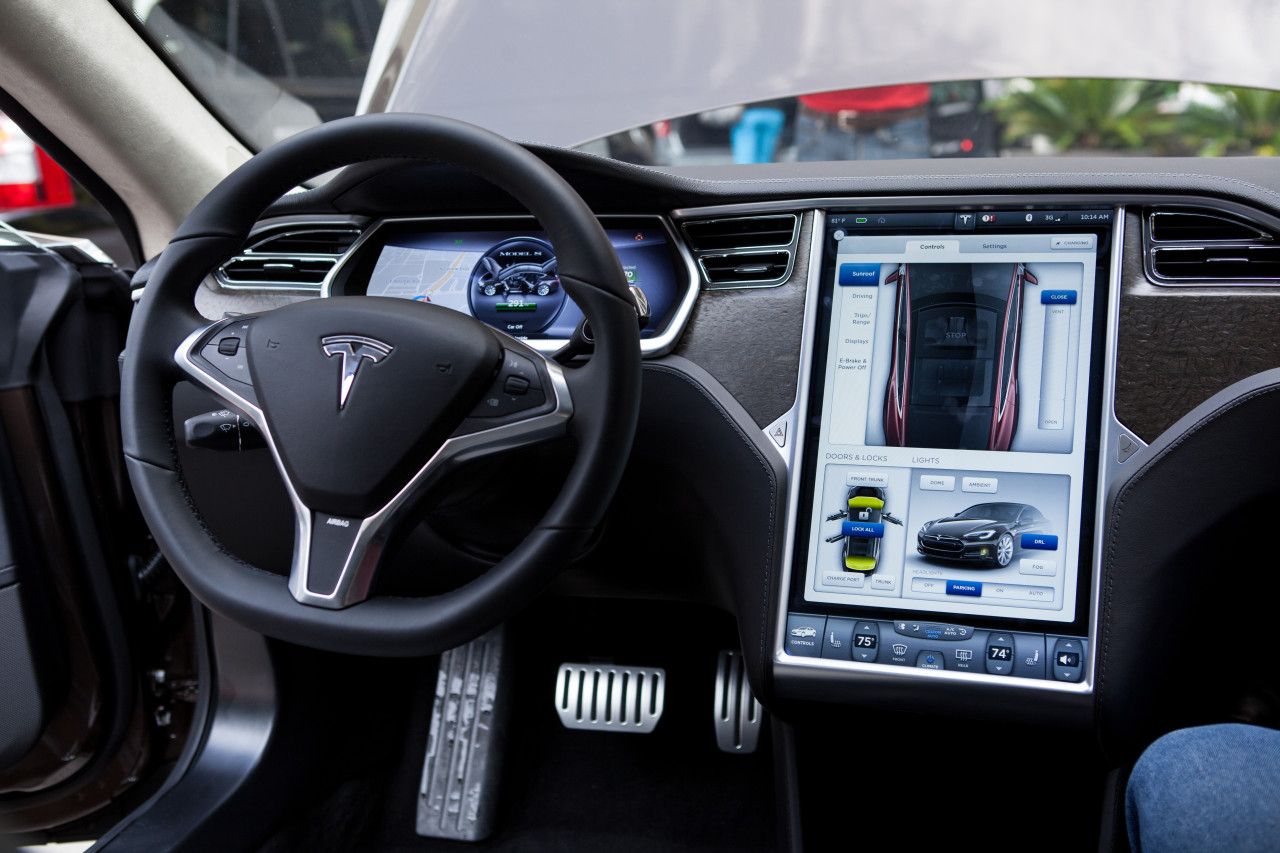 Tesla beta teste le pilote automatique de ses model s for Interieur tesla model s